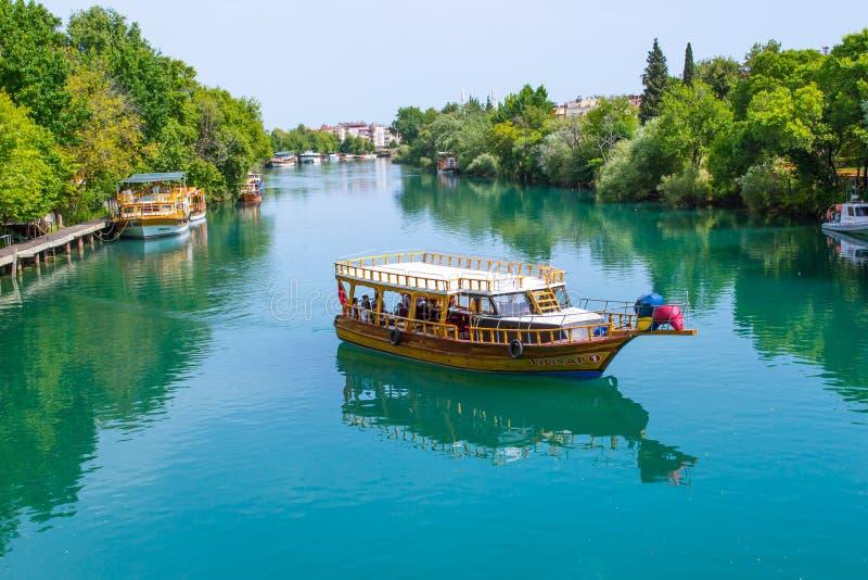Skeppet seglar på den azura floden royaltyfria foton