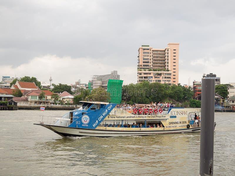 Skeppet som transporterar passagerare över floden på floden Chao Phraya i Bangkok royaltyfri bild
