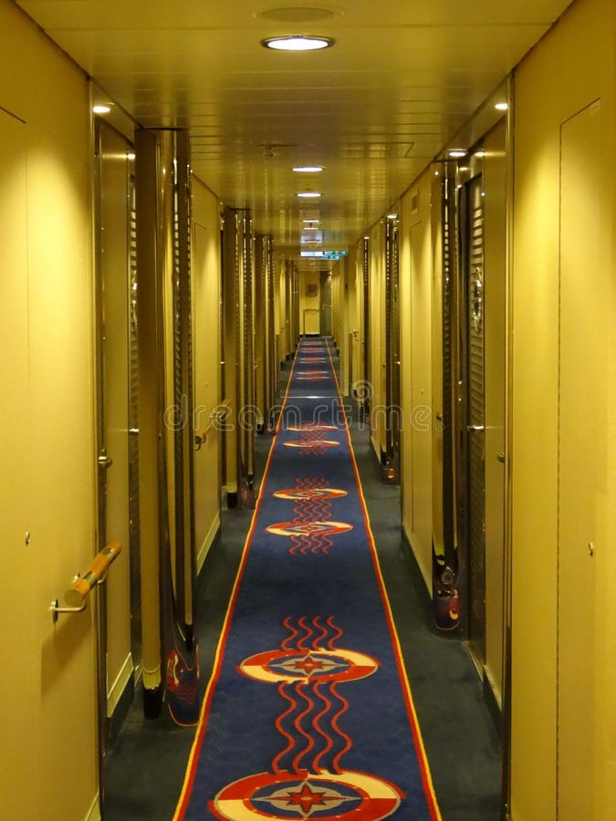 Skeppkorridoren som leder till rum, går tillbaka in i avståndet arkivbilder