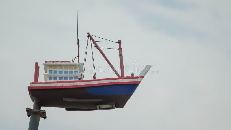 Skeppmodell på pelare royaltyfria foton