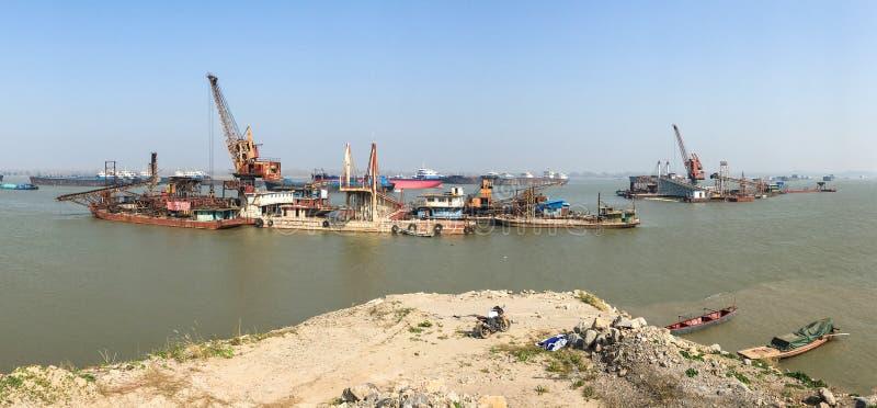 Skeppotvungenhet - längs Yangtze River arkivfoto