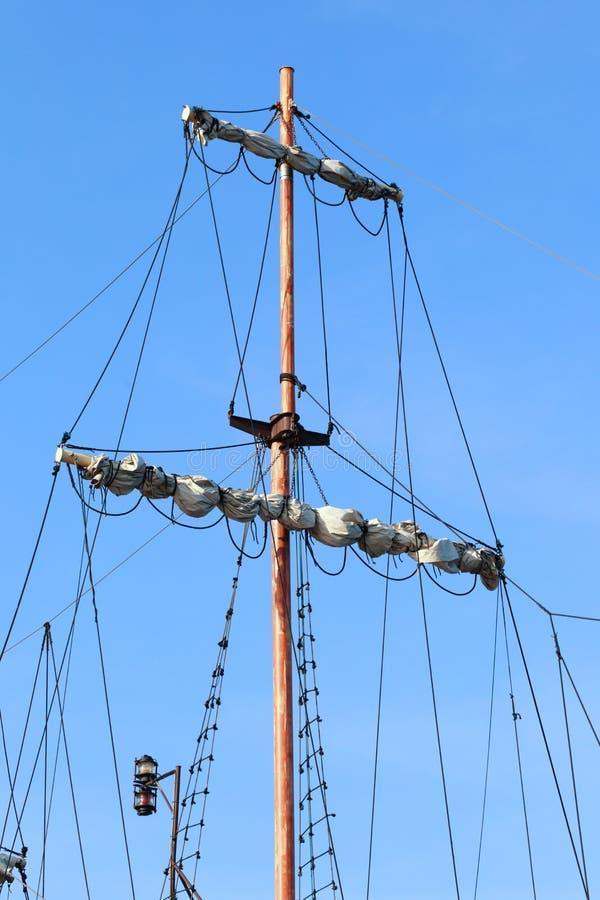 Skeppredskap, riggning på en gammal fregatt royaltyfria bilder
