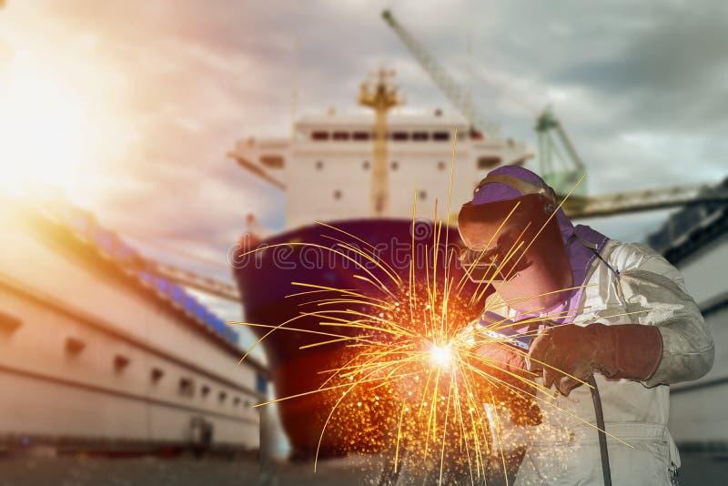 Skeppreparation på den sväva torra skeppsdockan i skeppsvarv fotografering för bildbyråer