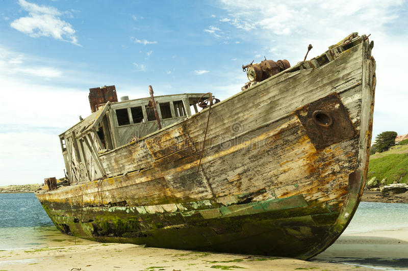 Skeppsbrott av en gammal träship arkivbild