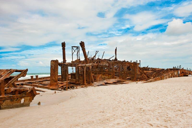 Skeppsbrott Maheno Fraser Island, Australien Skeppsbrott och dramatisk himmel fotografering för bildbyråer