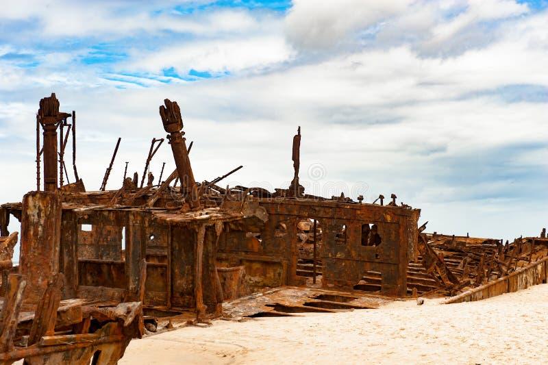 Skeppsbrott Maheno Fraser Island, Australien, skeppsbrott och dramatisk himmel royaltyfria bilder