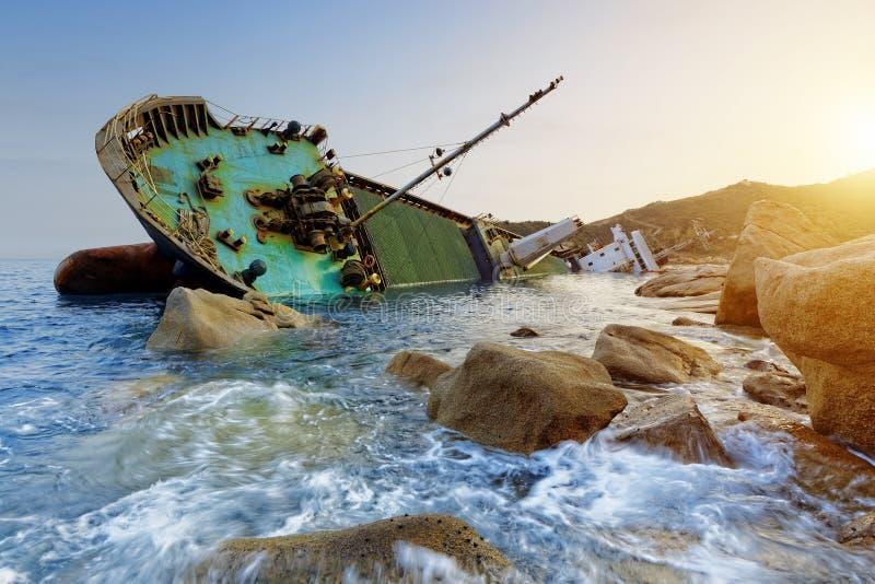 Skeppsbrott och seascapesolnedgång arkivfoto
