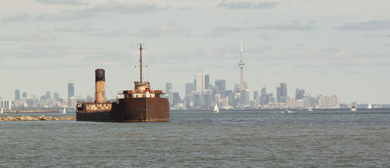 Skeppsbrott och Toronto horisont royaltyfria bilder