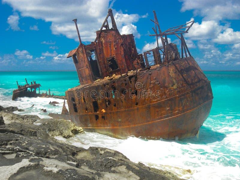 Skeppsbrott på en härlig karibisk strand royaltyfri fotografi