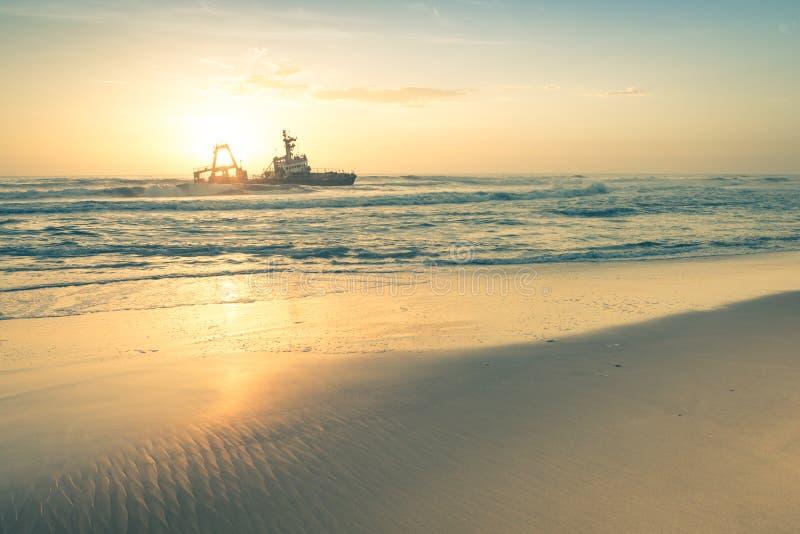 Skeppsbrott på solnedgången på den namibian skelett- kusten arkivfoto