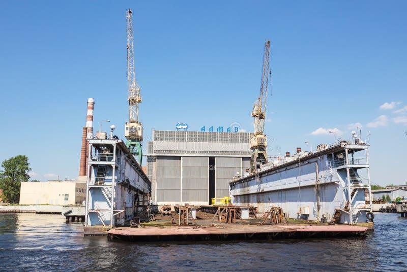 Skeppsdocka av ALMAZ Skeppsbyggeri Företag, St Petersburg, Ryssland royaltyfria bilder