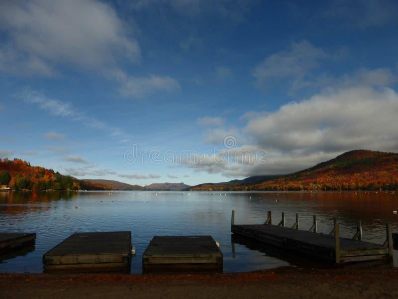 Skeppsdockor på en sjö royaltyfria bilder