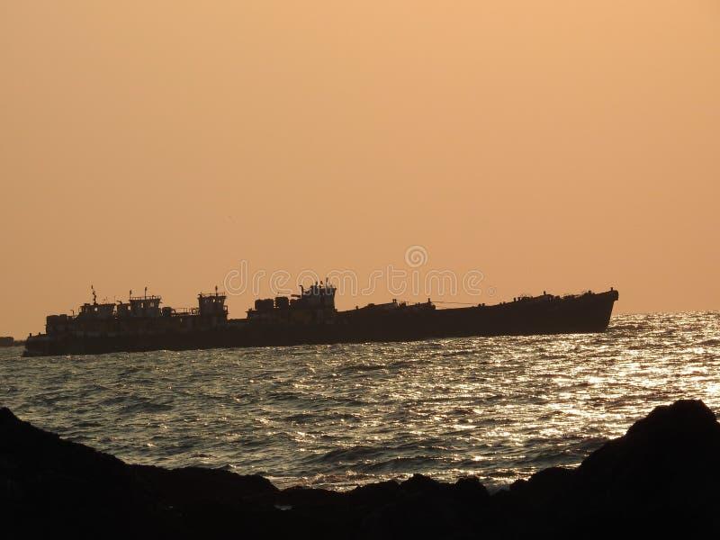Skeppsegling på solnedgången, Redy strand royaltyfri fotografi