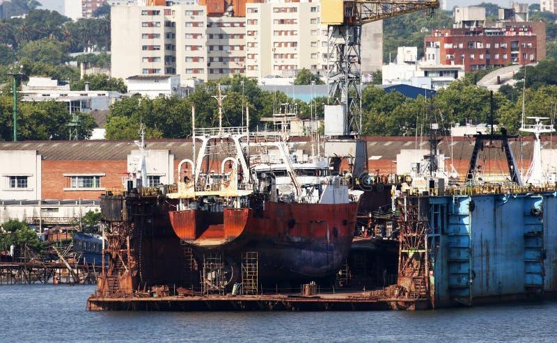 Skeppsvarv för torr skeppsdocka i port av Montevideo, Uruguay Gammalt skepp under reparationer arkivbild