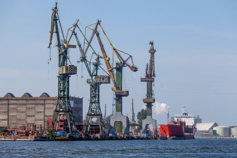 Skeppsvarv i Gdansk - industriell sikt arkivbilder