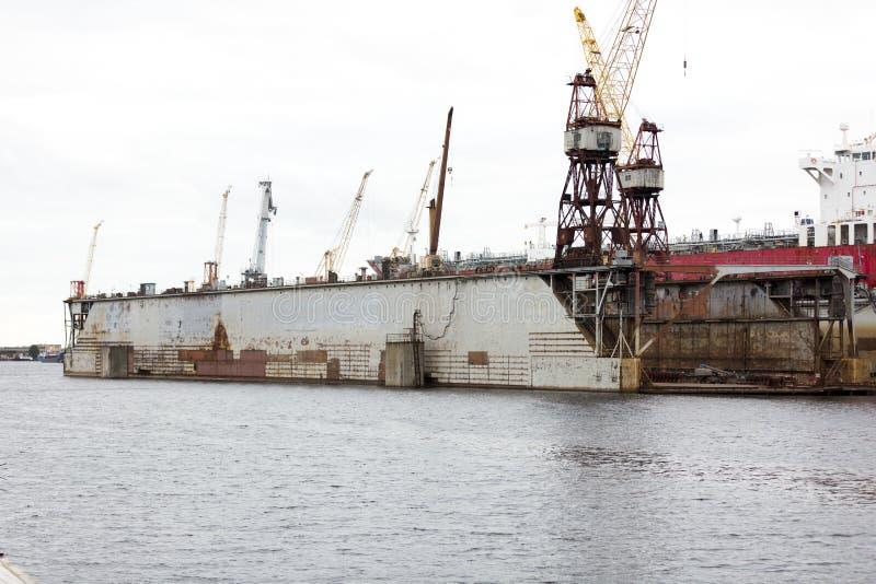 Skeppsvarvbransch, skeppbyggnad som svävar den torra skeppsdockan i skeppsvarv royaltyfri bild