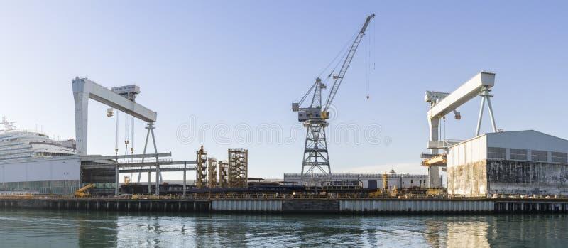 Skeppsvarvkonstruktionsplats med kranar arkivbild
