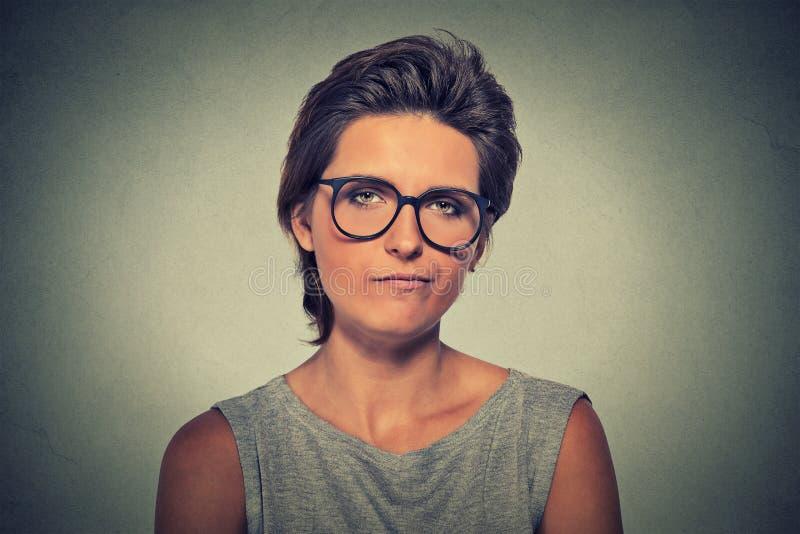 skeptiker Tvivelaktigt kvinna i exponeringsglas som ser dig royaltyfri bild