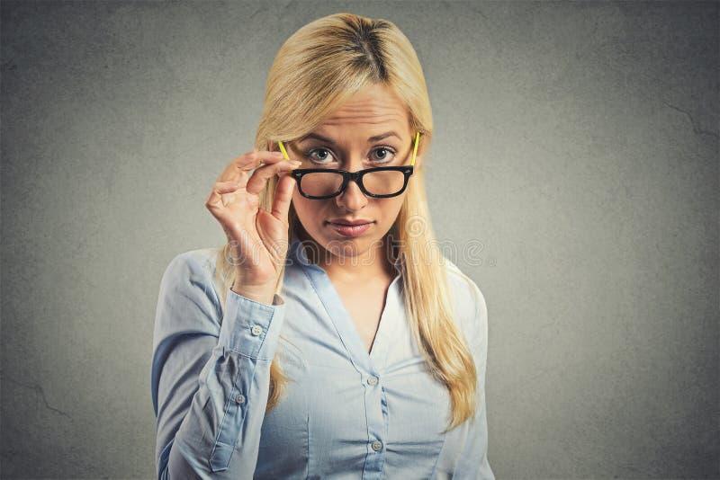 Skeptische Frau zweifelhaft, Sie betrachtend stockbilder