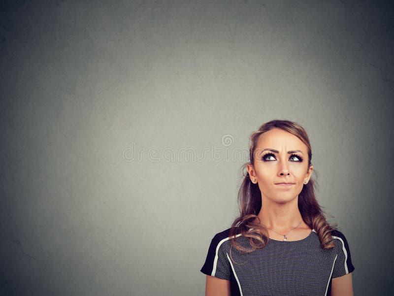 Skeptische junge Frau, die Wahl trifft lizenzfreies stockbild