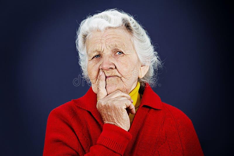Skeptisk gammal äldre kvinna royaltyfri foto