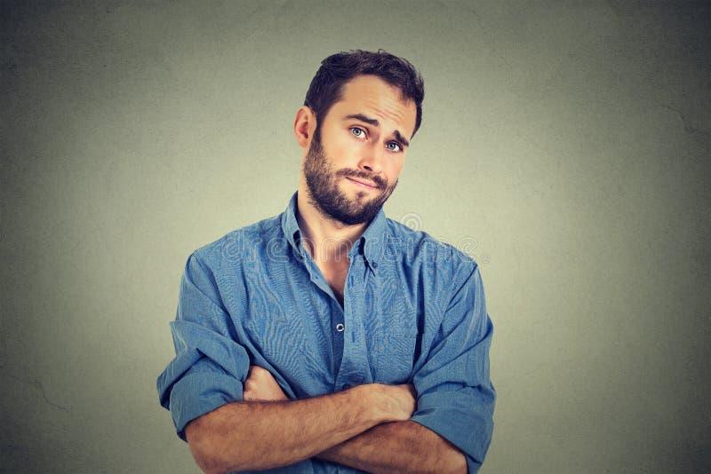 Skeptisk man som ser misstänksam, någon avsmak på hans framsida arkivfoto
