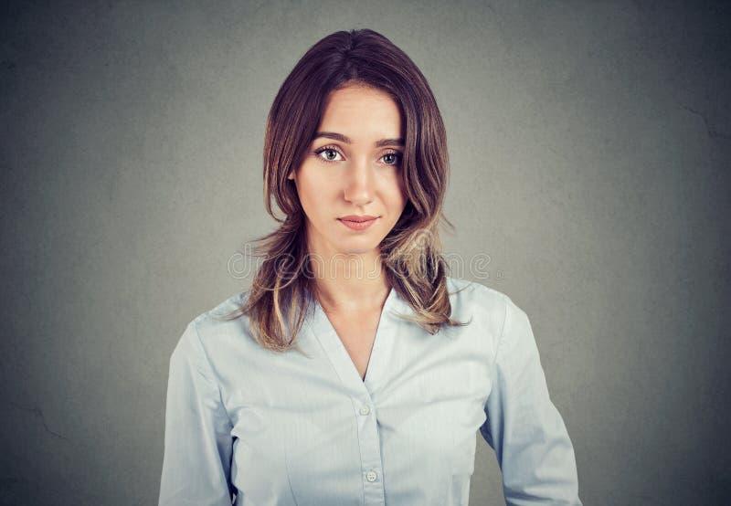 Skeptisk misstänksam affärskvinna som ser kameran som isoleras på väggbakgrund arkivbilder