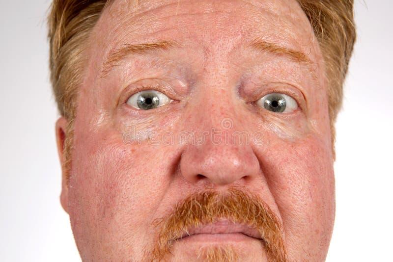 Skeptiskt uttryck av den röda Haired mannen royaltyfria foton
