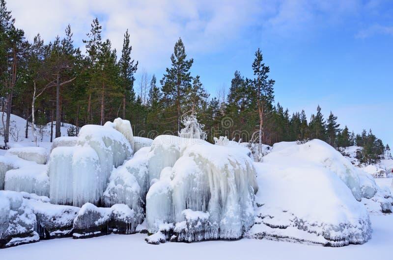 Skerries de Rússia, Ladoga Acúmulo de gelo na costa do Lago Ladoga fotos de stock royalty free