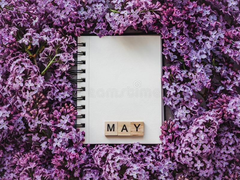 Sketchbook, blanco pagina en heldere lilac bloemen royalty-vrije stock fotografie