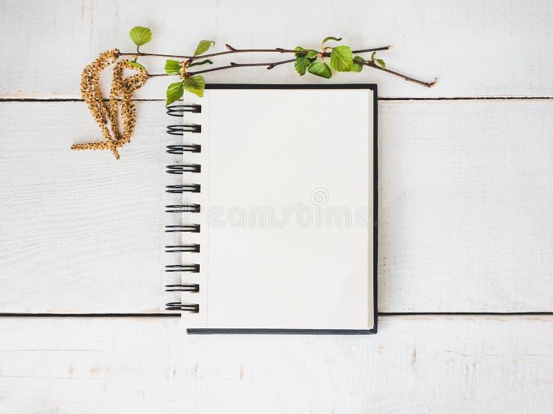 Sketchbook, blanco pagina, heldere bloem en roze lint stock afbeeldingen