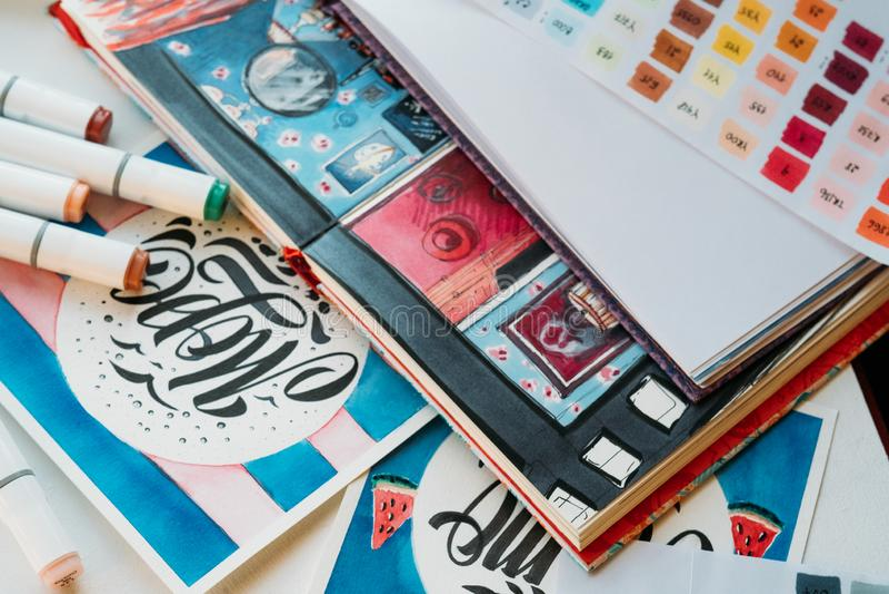 Sketchbook di verniciatura del posto di lavoro di arti dei rifornimenti immagine stock