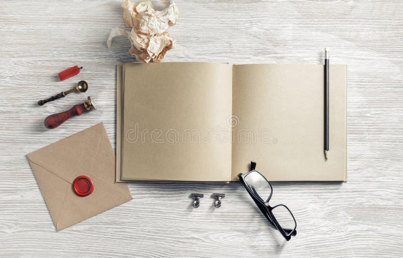 Sketchbook en kantoorbehoeften royalty-vrije stock afbeeldingen
