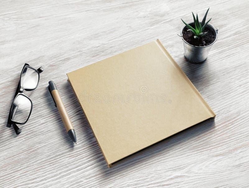 Sketchbook, glazen, pen, installatie royalty-vrije stock fotografie