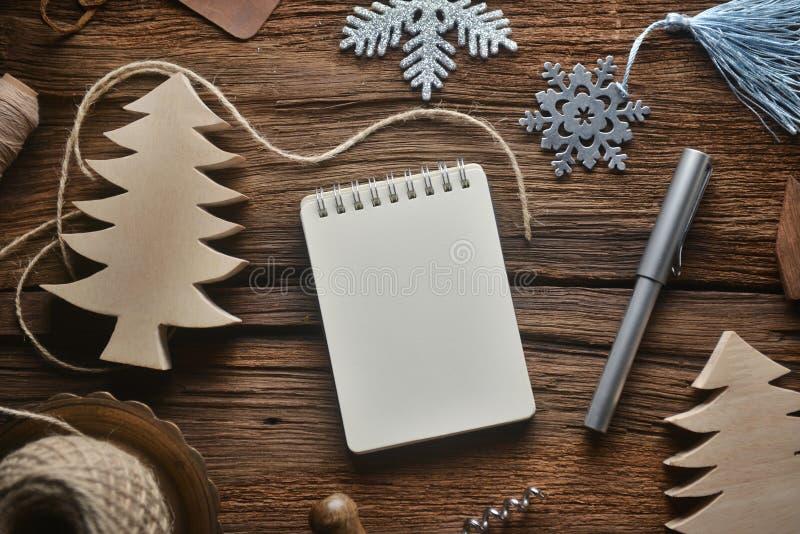 Sketchbook på trätabellen i jultema royaltyfri foto