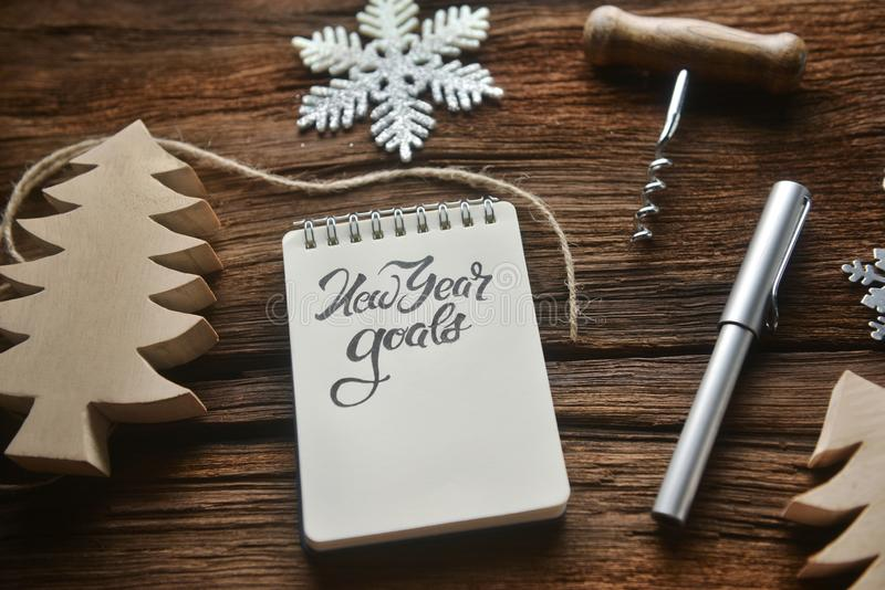 Sketchbook på trätabellen i tema för nya år royaltyfri fotografi