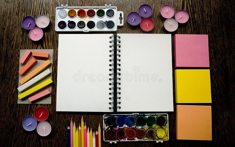 Sketchbook und künstlerische Versorgungen stockbild