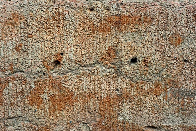 Skev vägg för Grunge med hål royaltyfri fotografi