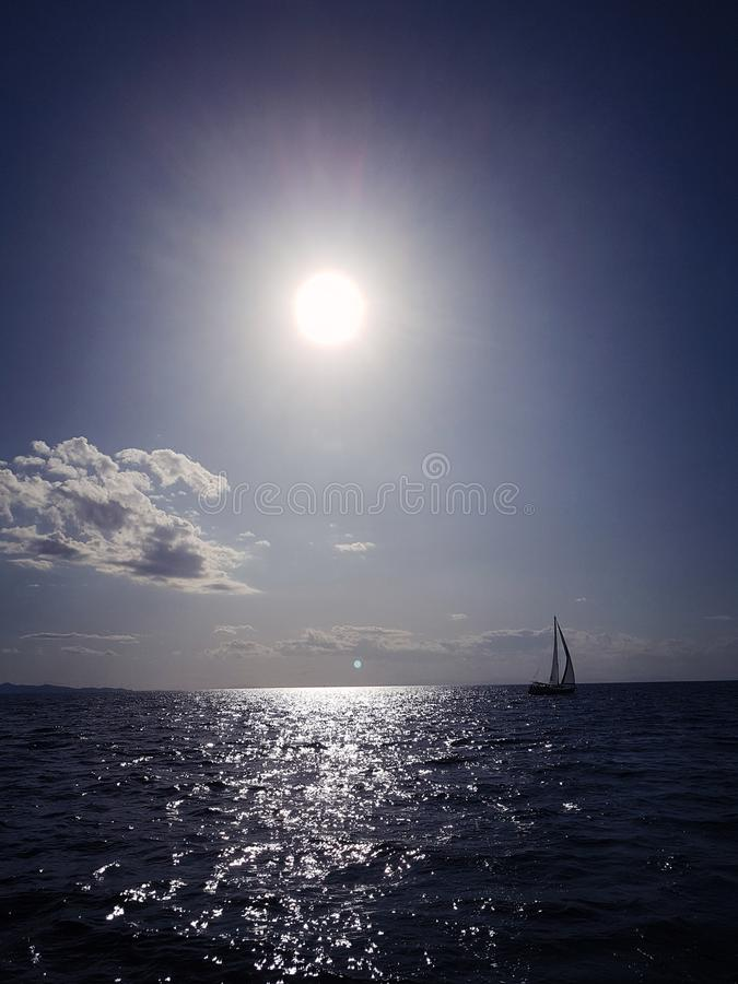 Skevning med en yacht vid horisonten arkivfoto