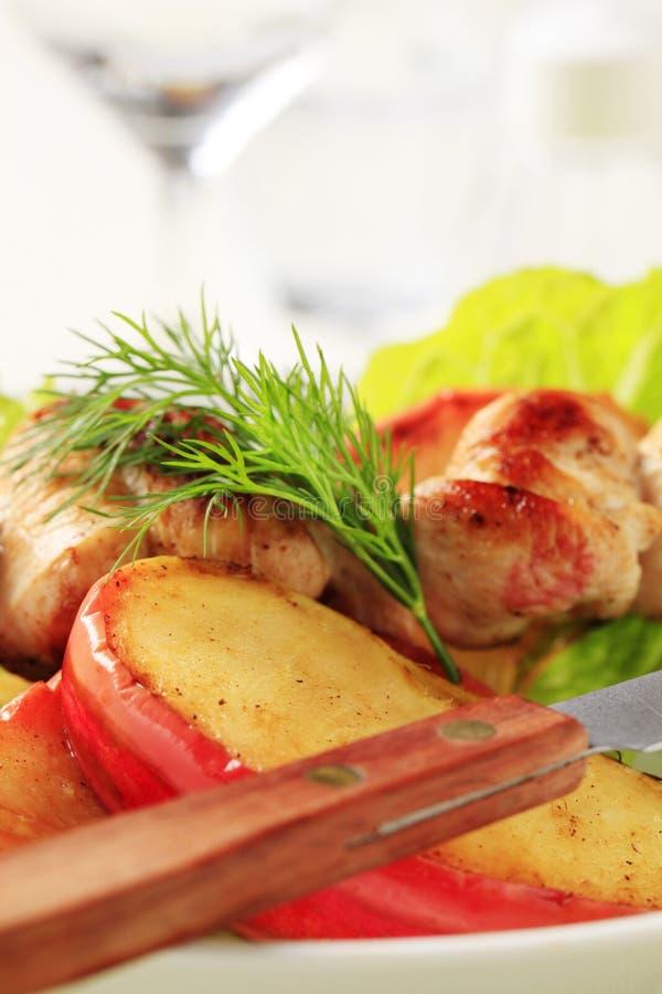 Skewer da galinha e maçã cozida foto de stock