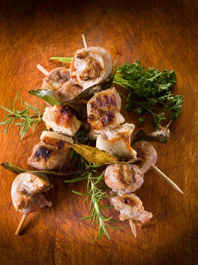 Skewer misturado da carne em de madeira imagens de stock royalty free