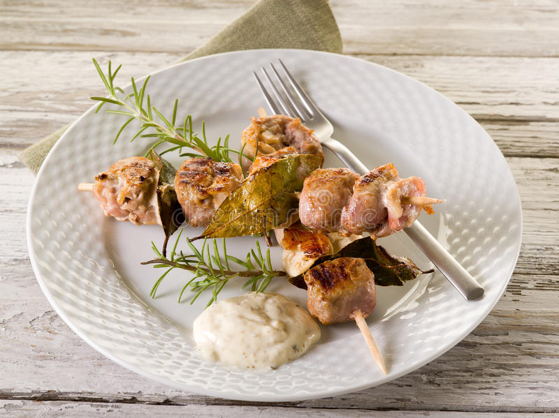 Skewer misturado da carne no prato fotos de stock