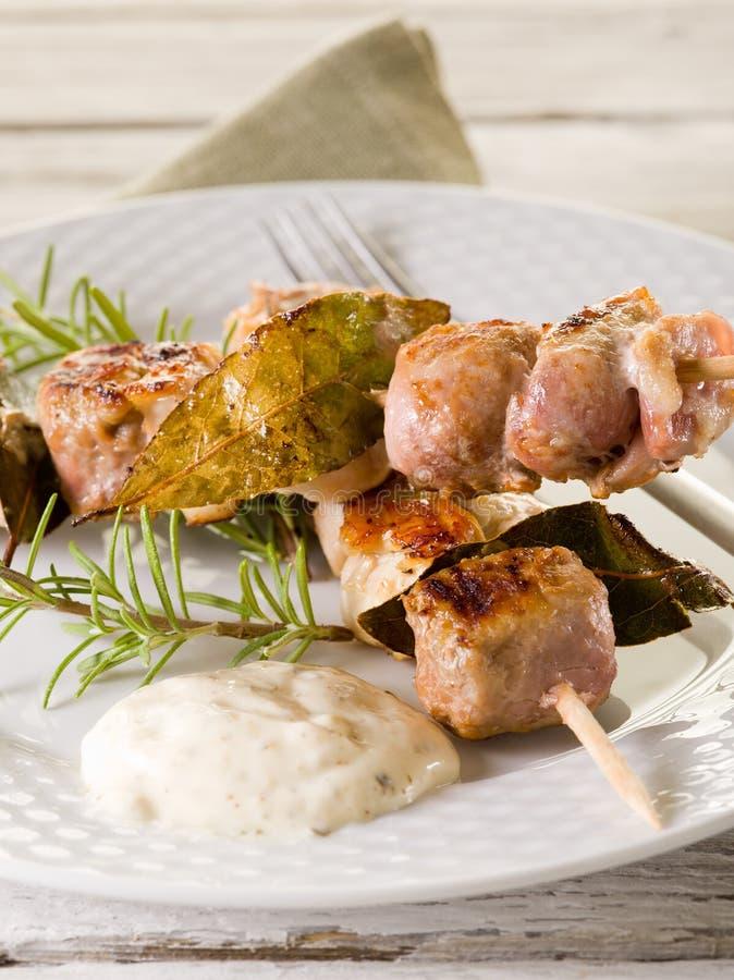 Skewer misturado da carne no prato imagem de stock
