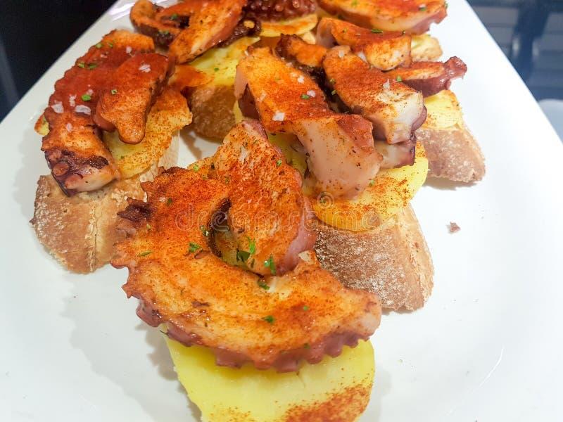 Skewer ośmiornicy na kawałku chleb w restauracyjnym barze obrazy royalty free