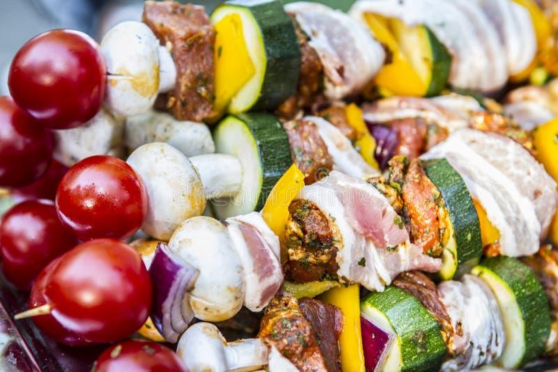 SKEWER warzywo I mi?so UW?DZONY grilla jedzenie Ogrodowy przyj?cie obrazy stock