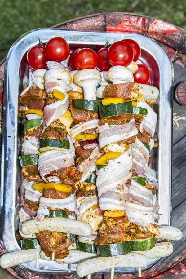 SKEWER warzywo I mi?so UW?DZONY grilla jedzenie Ogrodowy przyj?cie zdjęcie royalty free