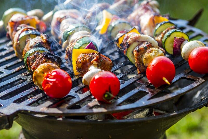 SKEWER warzywo I mi?so UW?DZONY grilla jedzenie Ogrodowy przyj?cie fotografia royalty free