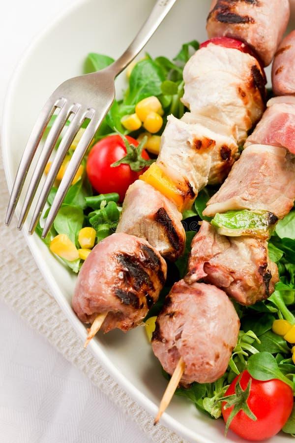Skewers da carne na tabela branca foto de stock