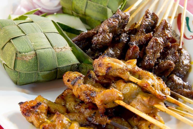 Skewers de Satay da galinha e do cordeiro com arroz de Ketupat foto de stock