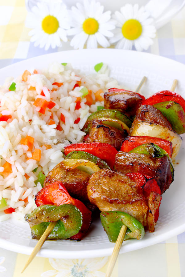 Skewers fritados com arroz imagem de stock royalty free